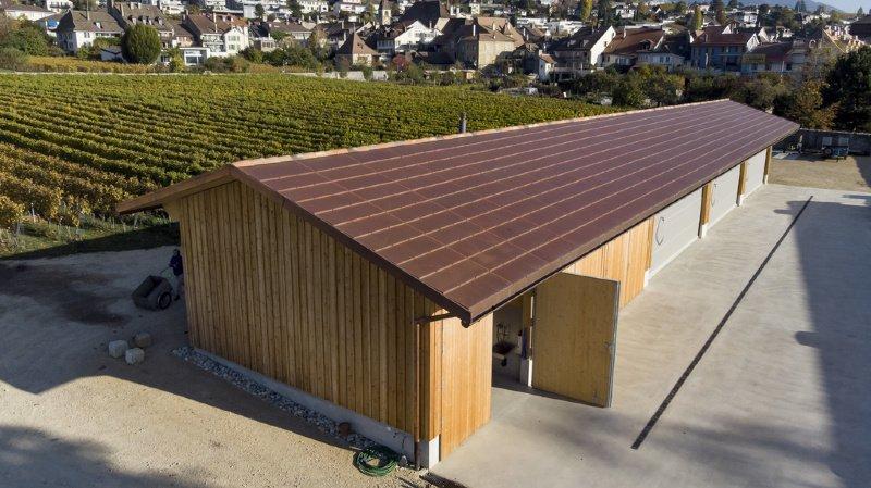 Des panneaux photovoltaïques dont la couleur s'adapte à son environnement ont été installés sur le toit d'un hangar sur le domaine du Château d'Auvernier.