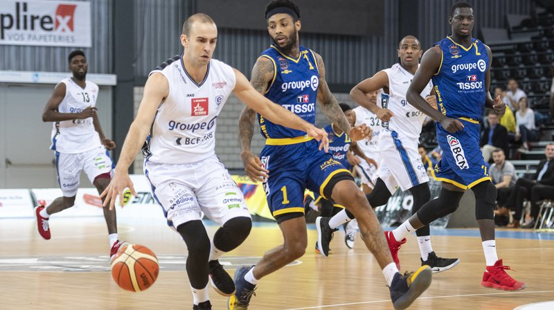 Le joueur fribourgeois Dusan Mladjan, à gauche, luttant pour le ballon face au joueur d'Union Isaiah Williams.