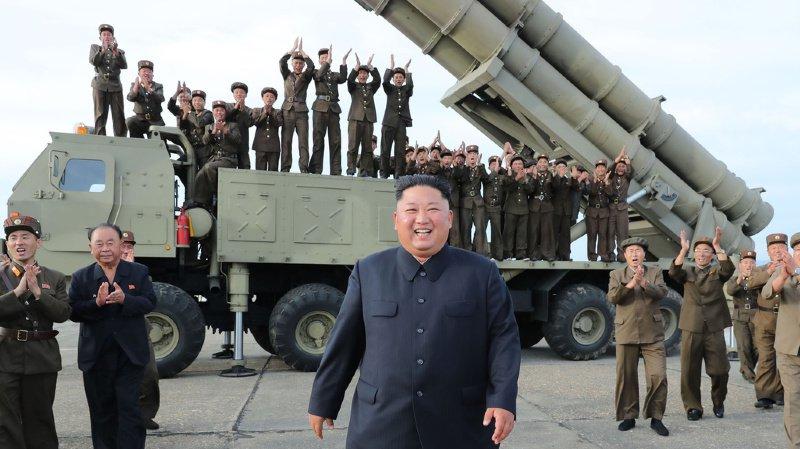La Corée du Nord multiple les tirs de missiles en mer du Japon, ce qui renforce les tensions avec ses voisins. Ici, Kim Jong-Un, le leader nord-coréen, pose devant un missile quelque part en Corée du Nord.