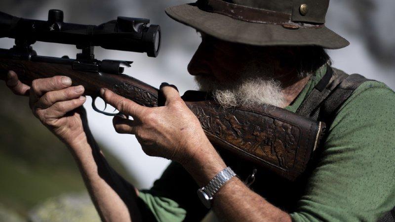 Le chasseur avait repéré la biche peu avant midi.