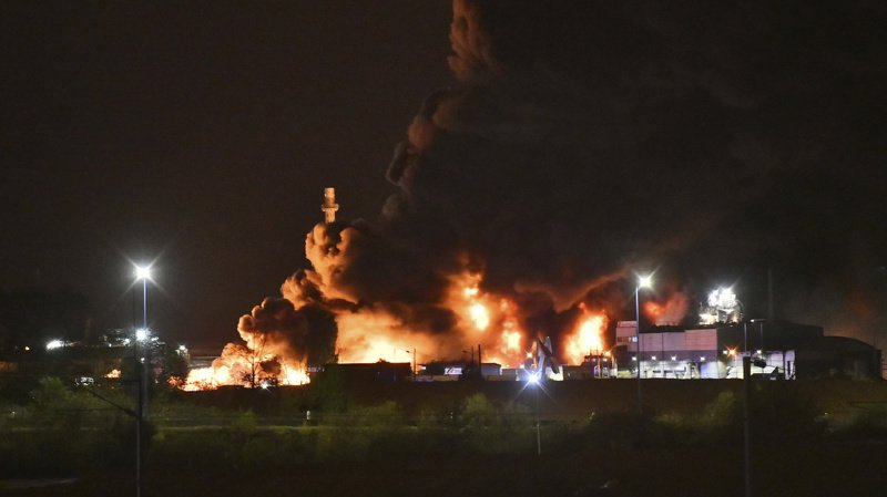 France: l'incendie de l'usine Lubrizol à Rouen, classée à haut risque, est éteint