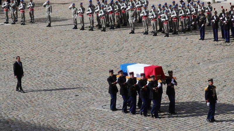 Dans la cour des Invalides, le président Emmanuel Macron a accompagné la dépouille de son prédécesseur.