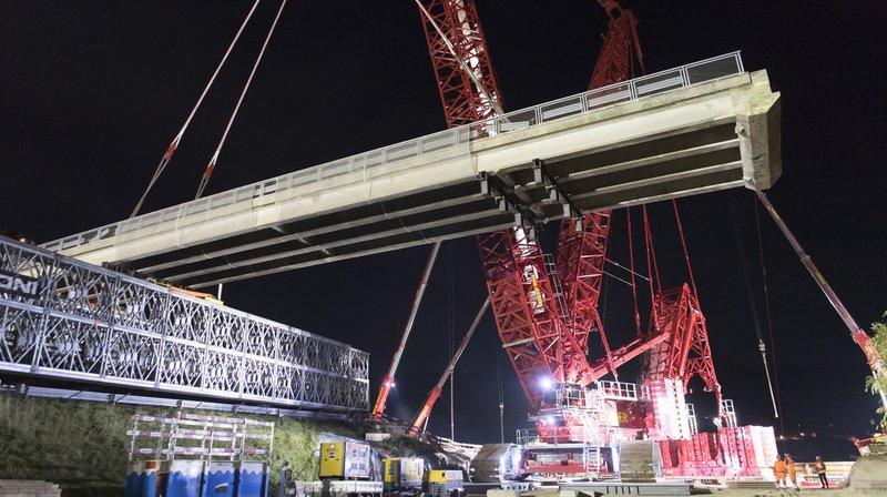 La grue géante a pu déplacer la nouvelle structure de 230 tonnes.