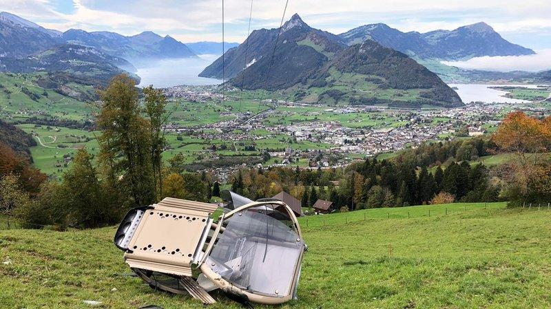 Schwyz: une cabine de téléphérique chute de vingt mètres dans le vide