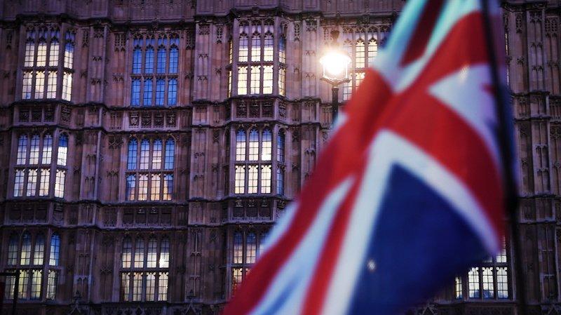 Royaume-Uni: le gouvernement suspend l'examen de l'accord de Brexit