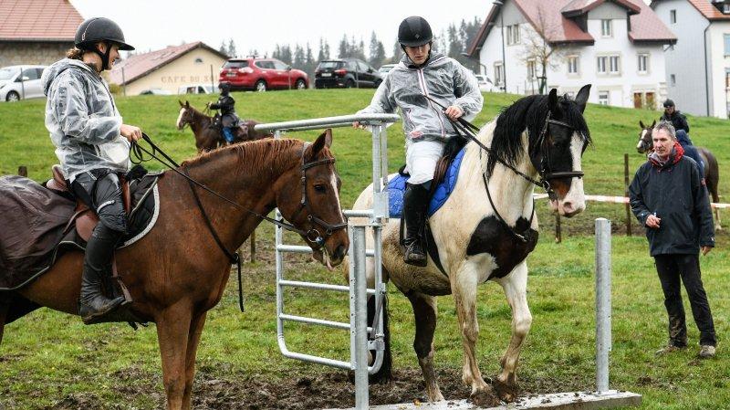 Les cavaliers doivent faire corps avec leur monture pour franchir l'obstacle.
