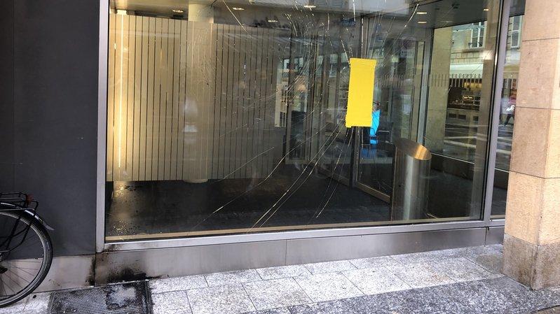 La vitrine endommagée a été nettoyée dans la matinée.