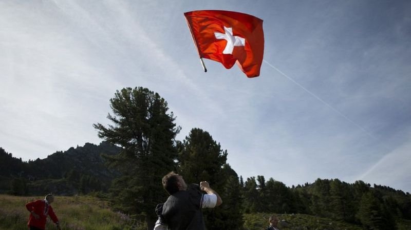 Une batterie pliable, un robot racleur, dans la tête d'un con,… l'actu suisse vue du reste du monde