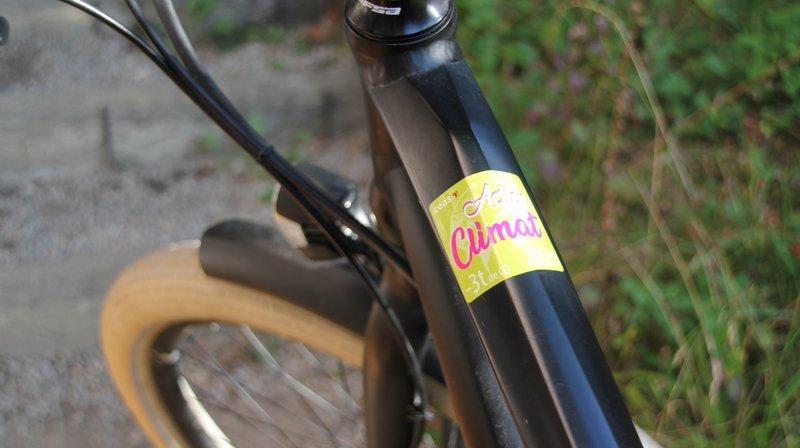 Une des vignettes Action Climat proposées par le CEAS, ici apposée sur un vélo.
