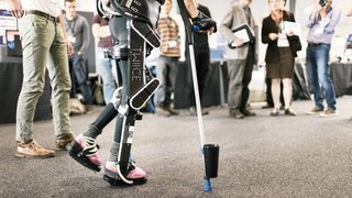 Santé: un exosquelette dirigé par la pensée permet à un patient tétraplégique de marcher