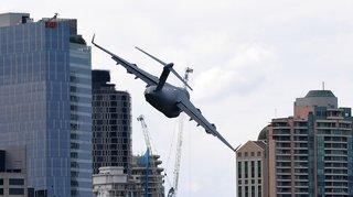 Australie: un avion-cargo géant frôle des gratte-ciels lors du festival de Brisbane