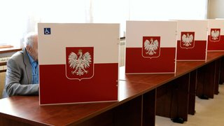 Pologne: les conservateurs conserveraient la majorité absolue aux élections léglislatives