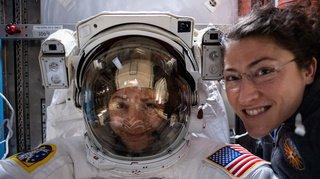 Deux femmes sortent dans l'espace ensemble, une première historique
