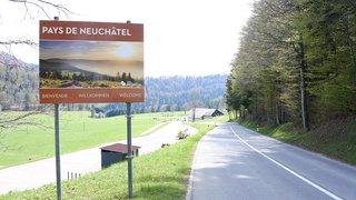 Des panneaux tout neufs pour souhaiter la bienvenue dans le canton de Neuchâtel