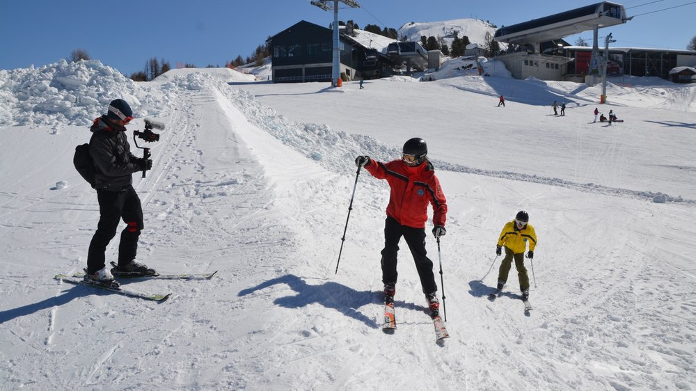 Le réalisateur Cyril Delachaux (à gauche) a filmé des skieurs malvoyants durant deux semaines dans les Alpes valaisannes et vaudoises.