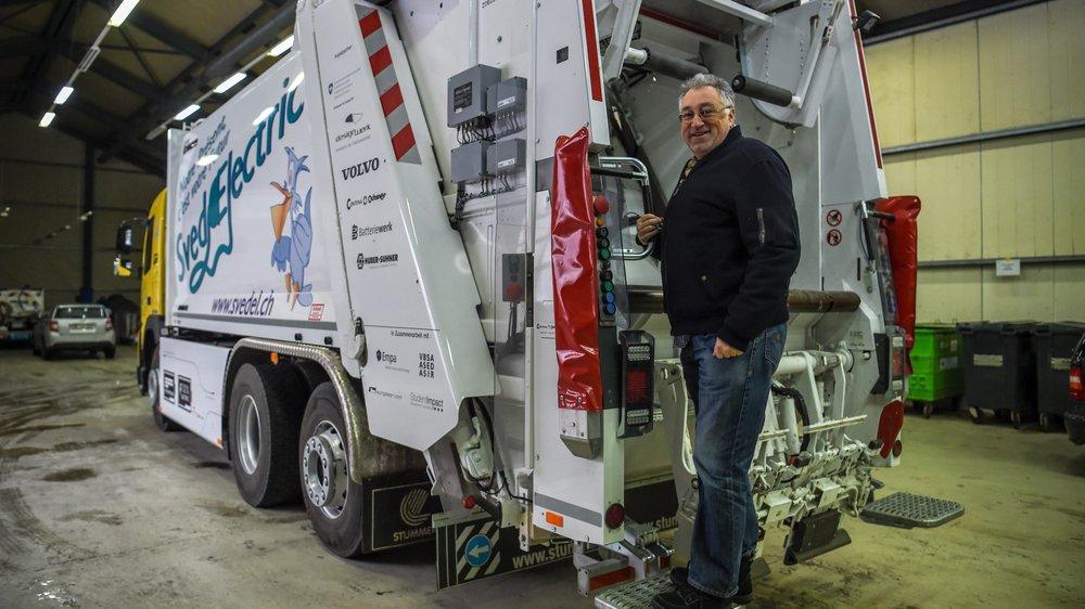 Jean-Patrick Ducommun, patron de l'entreprise Svedel, avec le camion-poubelle électrique acquis en 2018.