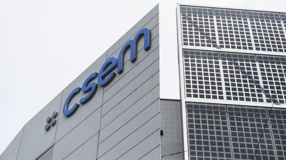 L'économie neuchâteloise sait faire preuve d'innovation, notamment dans le domaine du solaire. Le CSEM et Viteos ont réalisé une façade photovoltaïque.