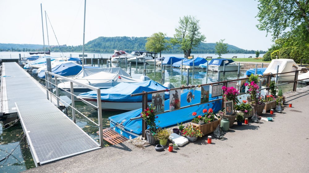La famille et les connaissances des victimes fleurissent en permanence le lieu où le drame s'est produit, au port de La Neuveville.