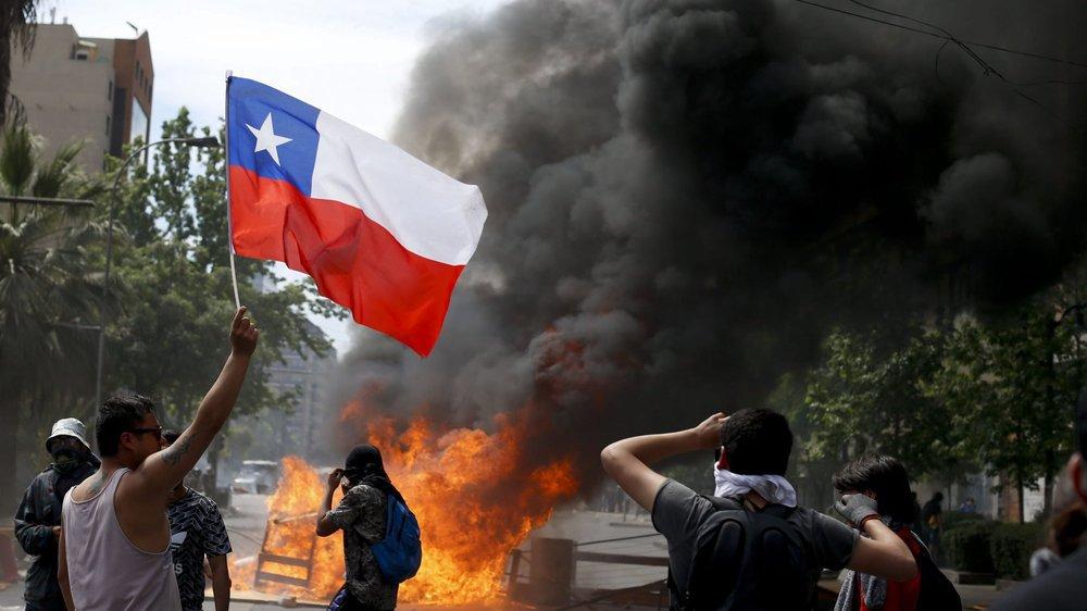 Manifestants antigouvernementaux à Santiago du Chili, le 23 octobre 2019.