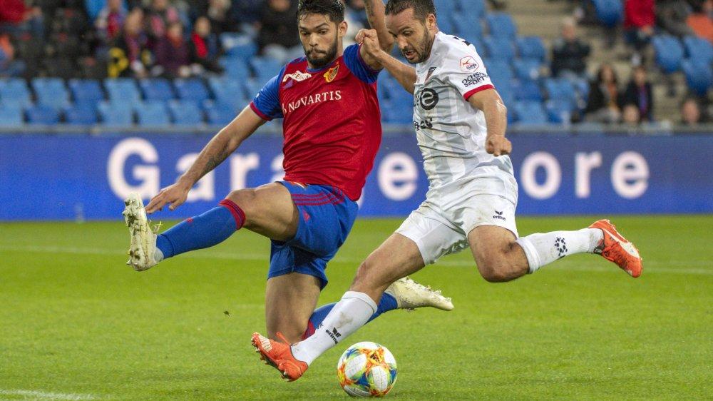 Raphaël Nuzzolo (en blanc) se joue d'Omar Alderete avant d'ouvrir le score.