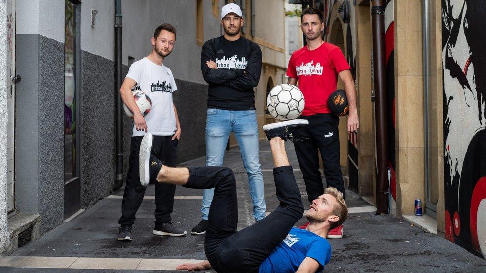 Urban level est devenu le collectif suisse de référence du football freestyle. De gauche à droite: Valentin Favre, Nadir ben Brahim, Christophe Guillod. Marc Jonin est en train de jongler.