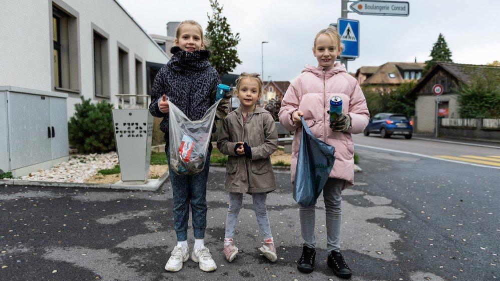 Dina (11 ans), Salomé (6 ans) et Lou (10 ans) forment une sacrée équipe. Les trois demoiselles organisent chaque semaine une balade à la recherche de détritus dans les rues du Landeron.