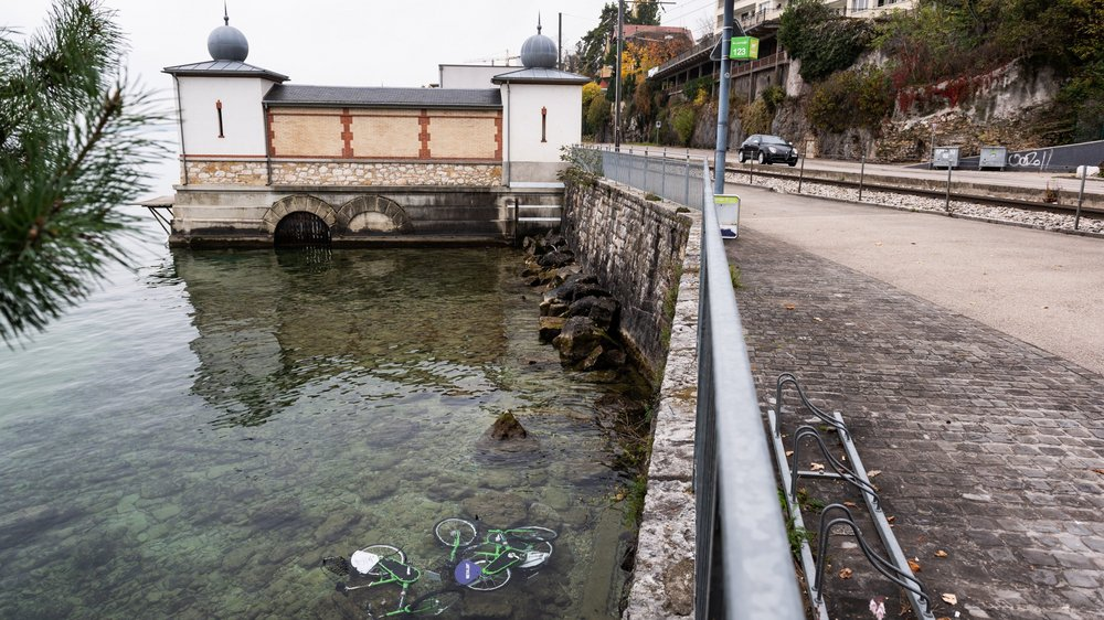 Trois vélos de Neuchâtelroule ont été jetés dans la baie de l'Evole ce week-end.