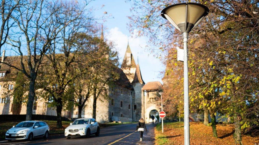 Ce tronçon de la rue du Château est très fréquenté, car il permet de relier le centre du village à l'arrêt de tram.