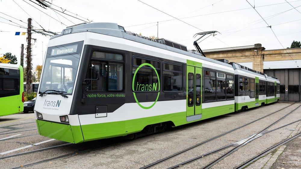 Une nouvelle rame du Littorail, désormais prête à prendre en charge des voyageurs, devant le hangar de l'Evole, à Neuchâtel.