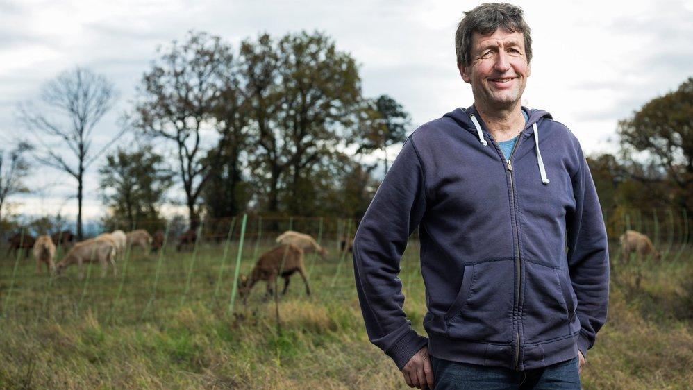 Kurt Gisler pose non loin de ses chèvres, qu'il trait à la main deux fois par jour.