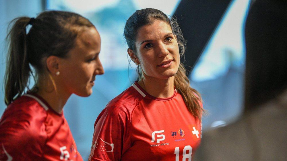 Brigitte Mischler (à gauche) et Margrit Scheidegger, joueuses de l'équipe nationale suisse de unihockey, ont présenté le maillot qu'elles porteront lors du Championnat du monde.