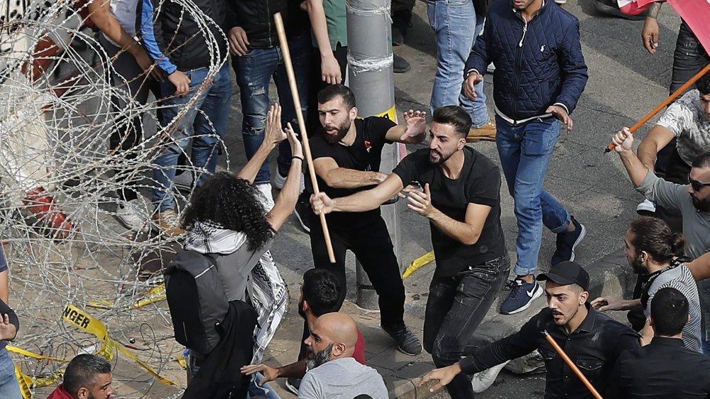 Les partisans du Hezbollah s'en sont pris, hier, à des manifestants, à Beyrouth.