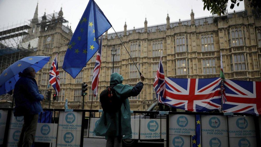 Un manifestant pro-Union,  pas découragé par la pluie,  devant le Parlement britannique.