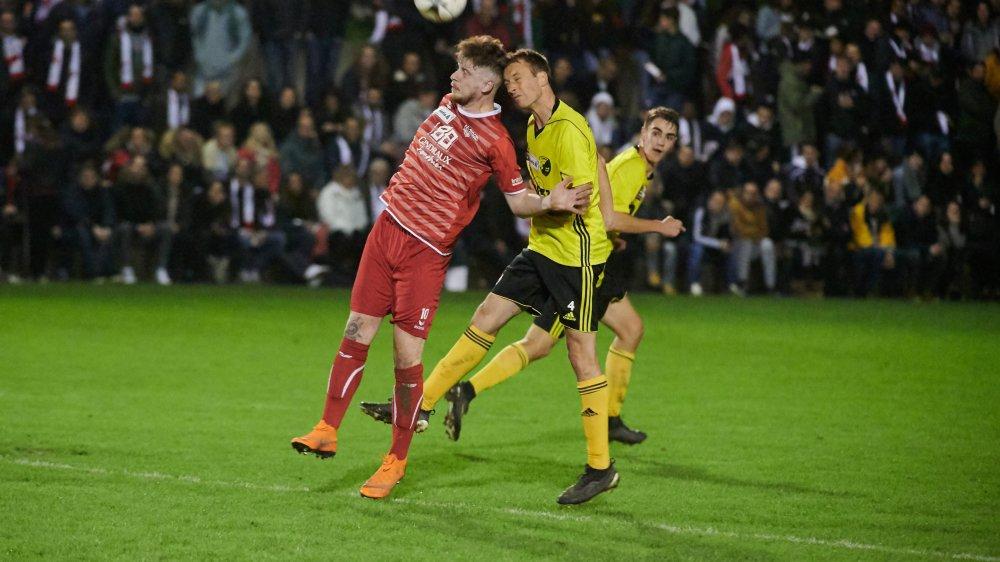 Dylan Charles (en rouge, de Béroche-Gorgier) semble devancer Tristan Chavanne, de Bavois. Mais au final, les Neuchâtelois n'auront pas pesé lourd face aux Vaudois, qui accèdent ainsi aux quarts de finale de la Coupe de Suisse.