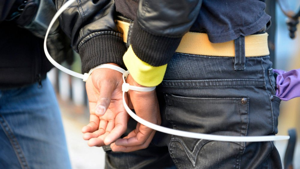 Une centaine de policiers des cantons de Berne, Zurich et Schaffhouse ont arrêté, hier, onze personnes – dont cinq mineurs – soupçonnées de violation de la loi sur les organisations terroristes.