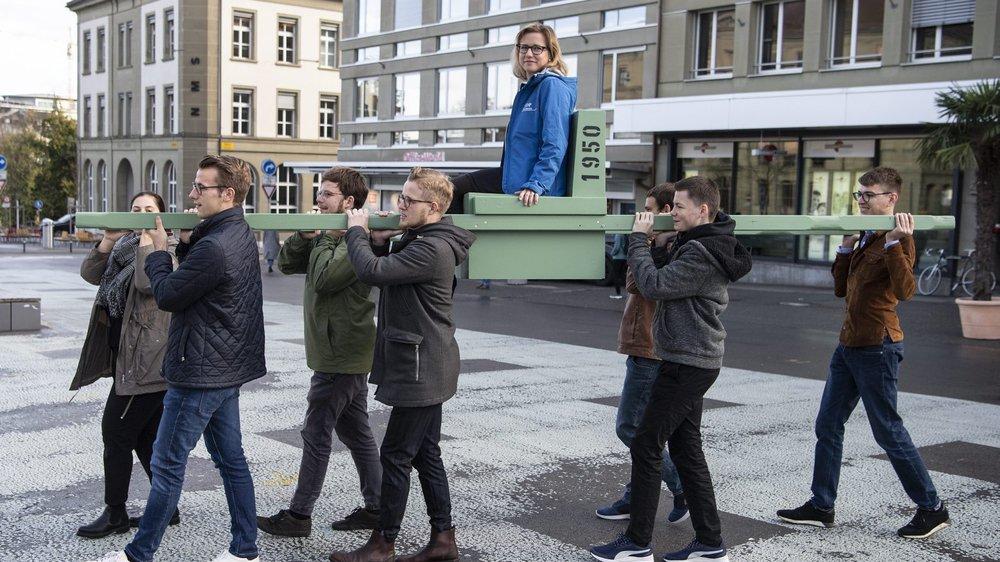 Sur la chaise, la conseillère nationale libérale-radicale Christa Markwalder soutient les jeunes pousses de son parti dans leur initiative.