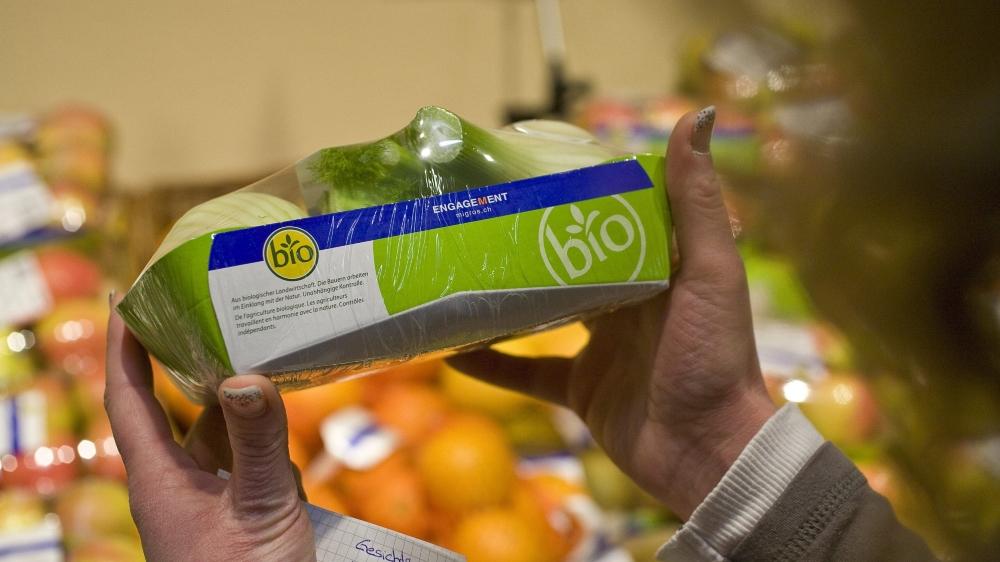 Selon Greenpeace Suisse, les grandes enseignes, comme Migros, ne font pas assez d'efforts pour supprimer des rayons les emballages à usage unique, comme le plastique et le carton.