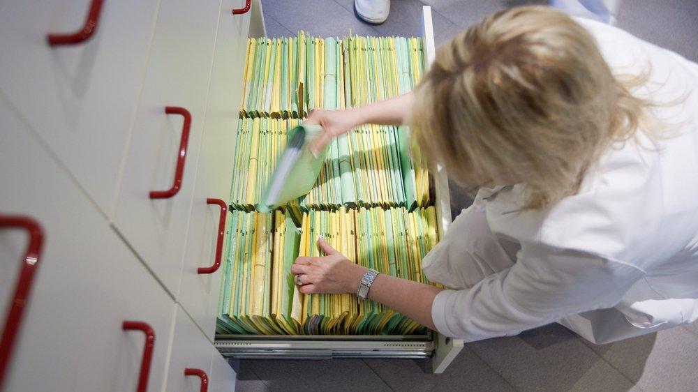 Le dossier électronique permettra de rassembler des informations pertinentes et de les mettre en réseau, par exemple le rapport de sortie d'hôpital après une opération, les radiographies, les ordonnances, les résultats de laboratoire ou encore le carnet de vaccination.