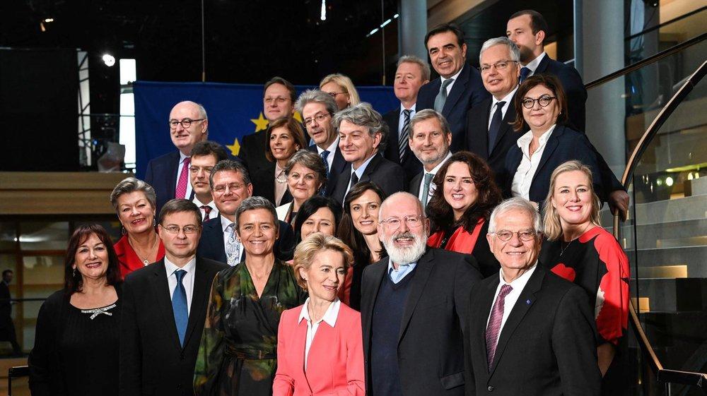 Pour Ursula von der Leyen (devant en veston rouge) et sa nouvelle équipe, il faudra trouver des majorités  au Parlement pour faire passer chaque projet.