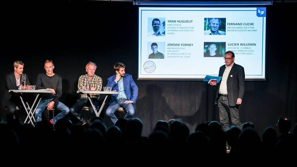 Yann Huguelit, Lucien Willemin, Fernand Cuche et Jérémie Forney (de g. à dr.) lors du débat organisé par «Arcinfo» et animé par Stéphane Devaux, corédacteur en chef (à droite).