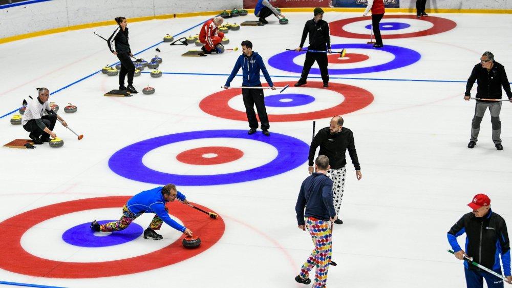 Sept pistes ont été mises en place à l'intérieur de la patinoire pour accueillir les 50 formations.