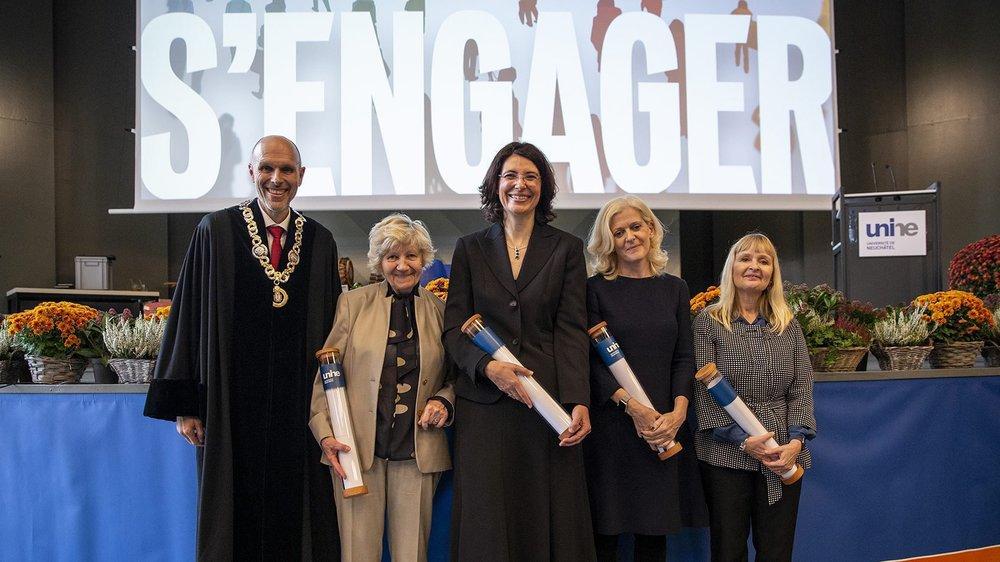 Le recteur Kilian Stoffel accompagne les quatre nouvelles docteures honoris causa: Ivana Markova, Annie Rochat Pauchard, Lucy Küng et Tammy D. Allen (de gauche à droite).