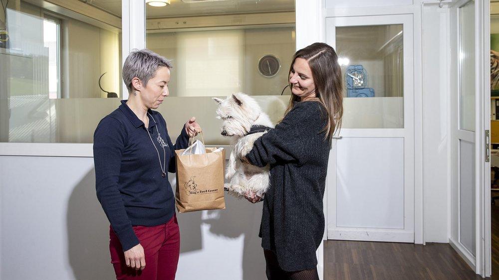 Joana Santos, à gauche, livre à domicile ses clients à quatre pattes.