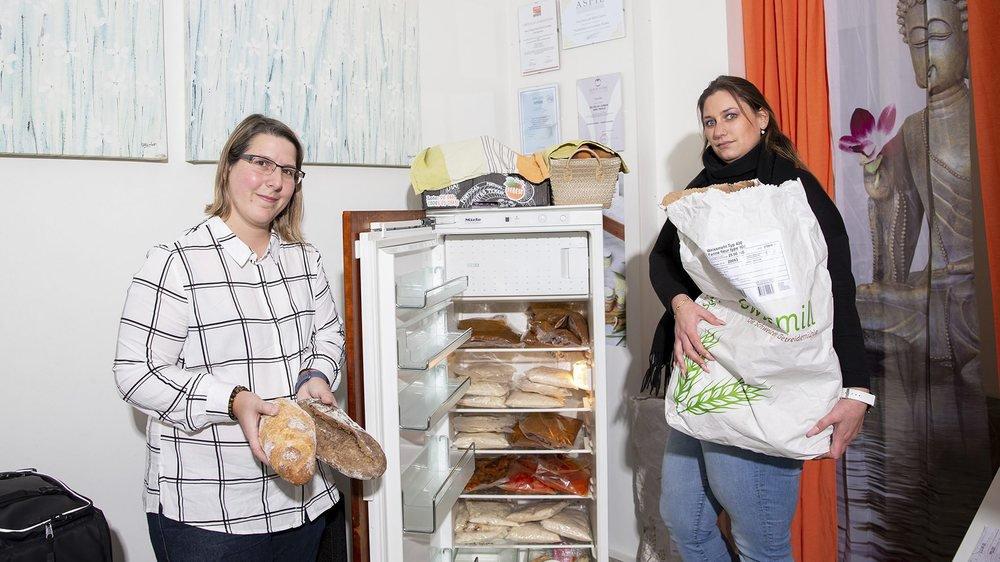 Marilyn et Mélanie (de gauche à droite) ne veulent pas s'arrêter en si bon chemin: en plus du Landeron, Cortaillod (en photo) et bientôt Savagnier, elles aimeraient installer des frigidaires en libre-service dans toutes les communes du canton.