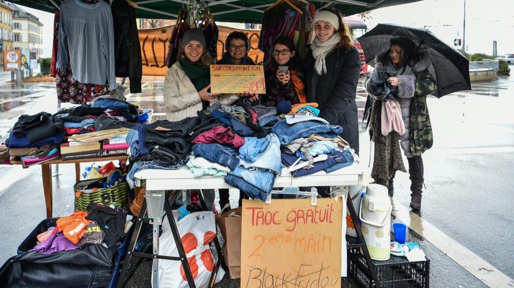 Un stand proposant des vêtements de seconde main gratuits s'est installé vendredi à la place Pury, à Neuchâtel, pour offrir une alternative au Black Friday.