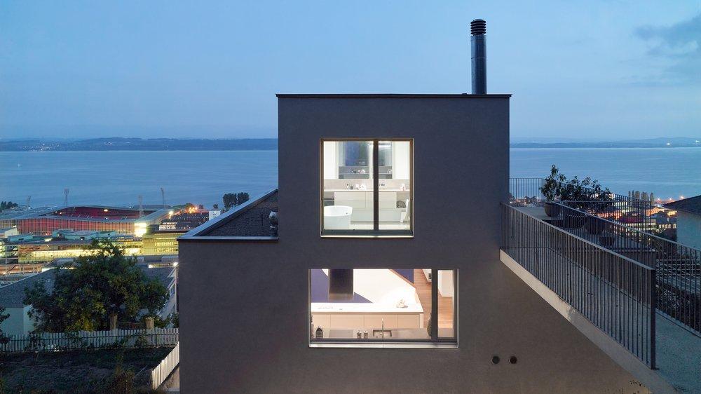 Construite entre montagne et lac, entre nature et espace urbain, entre terre et air, cette maison relie les éléments.