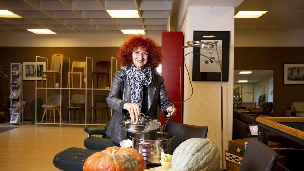 Vendredi, Brigitte Leitenberg servira une soupe à la courge pour les clients de son magasin de meubles chaux-de-fonnier.