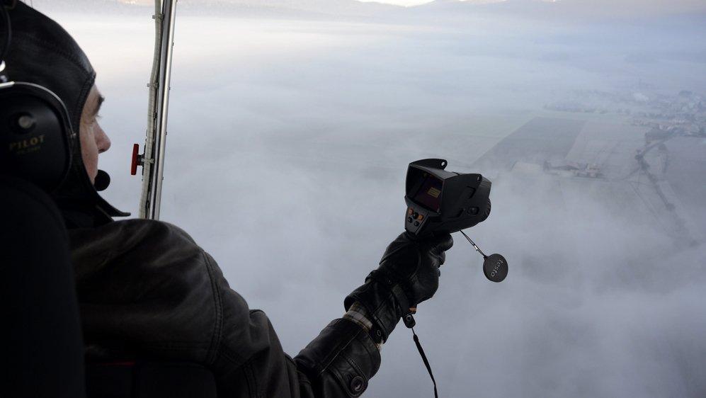 Depuis son dirigeable, Fabien Droz utilise une caméra thermique au dessus du Val-de-Ruz.