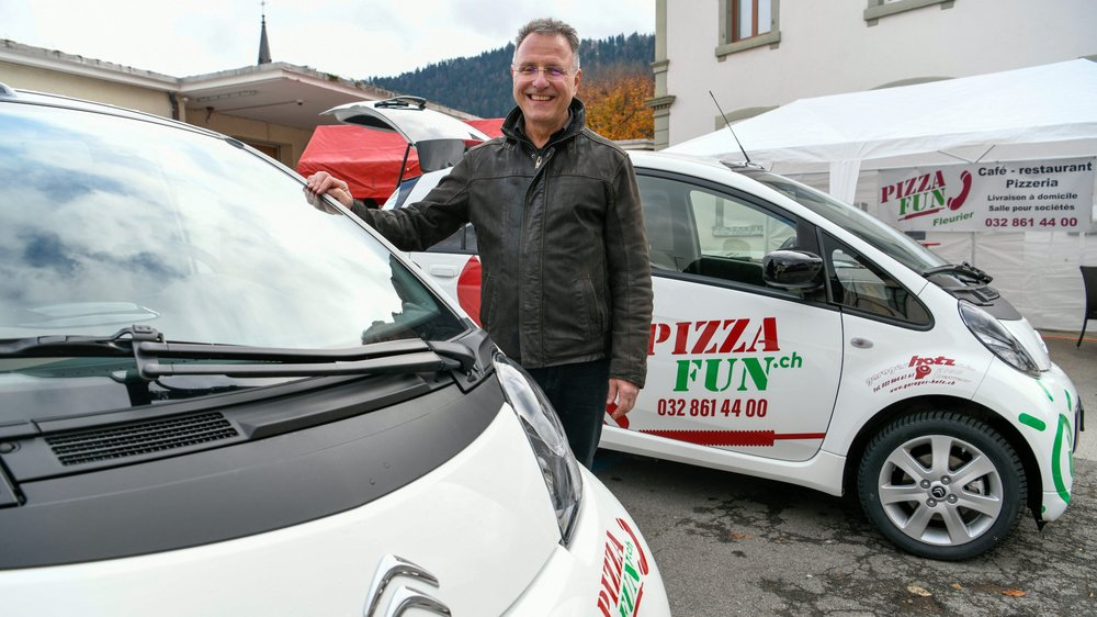 Ronald Morand et ses nouvelles voitures de livraison.