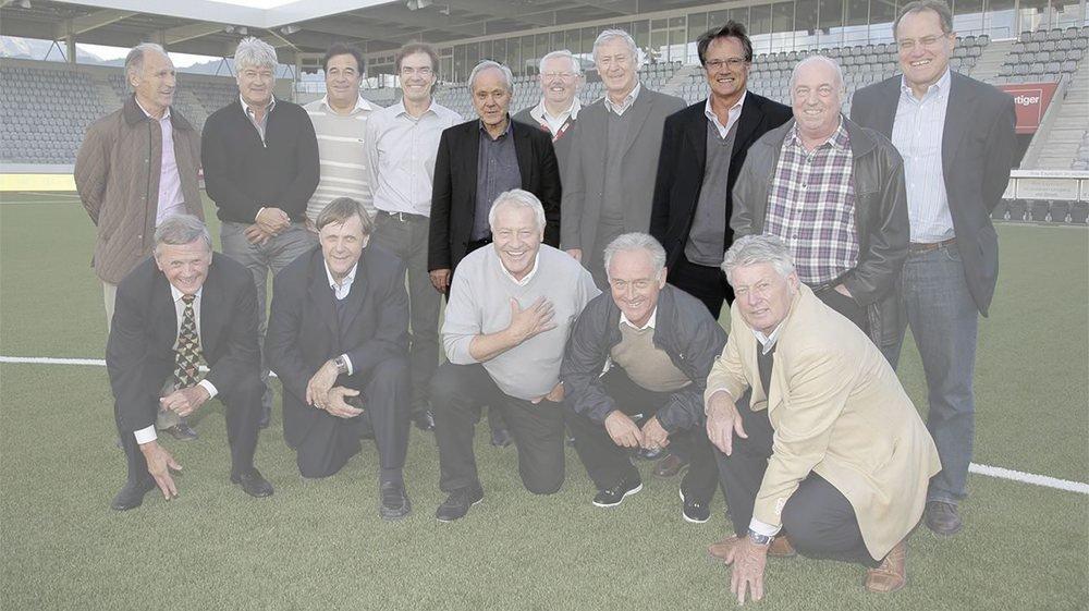 Köbi Kuhn (au centre) et Daniel Jeandupeux (à droite) se retrouvaient régulièrement avec d'autres anciens internationaux helvétiques. Sur cette prise en 2012 à Thoune, on reconnaît aussi (au deuxième rang, de gauche à droite): Hansruedi Fuhrer, Eric Burgener, Pierre Benoit, Fredi Scheiwiler, Köbi Kuhn, Erich Beutler (dirigeant du FC Thoune), Heinz Schneiter, Daniel Jeandupeux, Köbi Brechbühl et Claudio Sulser; au premier rang: Xavier Stierli, Pirmin Stierli, Kudi Mueller, René Hasler et Kurt Gruenig.